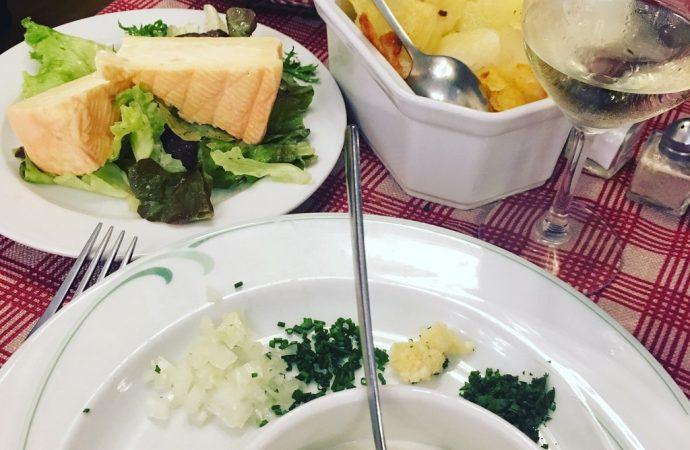 Un Bibbeleskaes (fromage blanc et crèmes aux herbes) avec le munster jeune et les pommes de terre sautées. Crédit photo : Tasty Life Magazine.