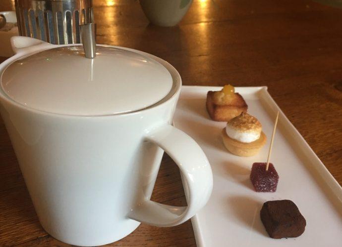 Ils le savent maintenant. Je bois toujours du thé avec les mignardises. Crédit photo : Tasty Life Magazine.