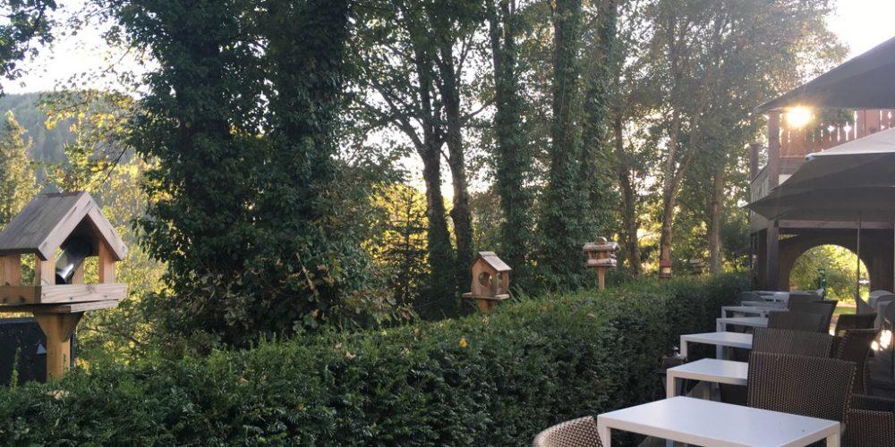 La terrasse et le jardin en début d'automne à la Cheneaudière. A chaque saison son charme tout là-haut. Crédit photo : Tasty Life Magazine.
