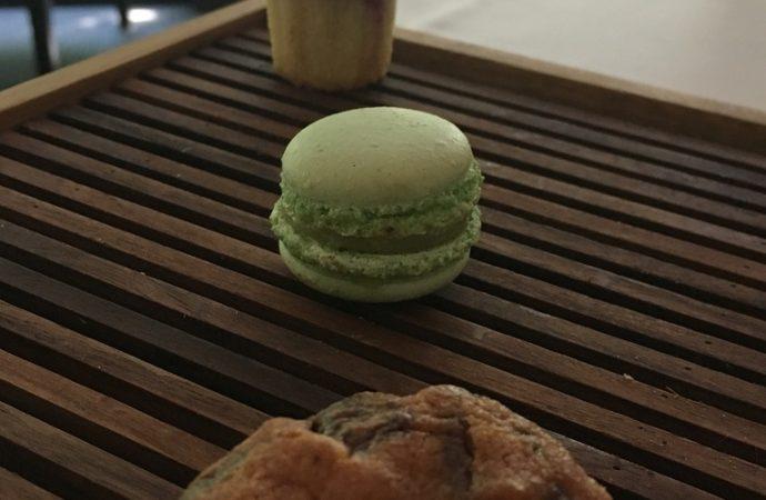 Et quelques mignardises avec mon thé avant d'attaquer la détente à la Source des Sens. Crédit photo : Tasty Life Magazine.